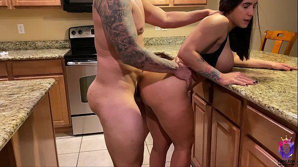 Comendo a madrasta gostosa na cozinha